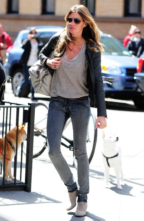 Gisele-Bündchen-kept-casual-cool-when-she-sported-ripped